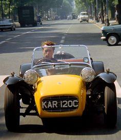 Patrick McGoohan as 'The Prisoner' ('Number Six'), driving the Caterham Lotus Super Seven Classic Tv, Classic Cars, Classic Movies, Caterham Super 7, Cinema Video, Lotus 7, Lotus Elan, Buggy, Old Cars