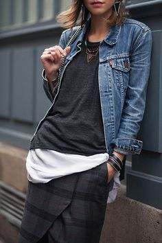 How to layer a denim jacket like a pro, how to layer tshirts, tartan skirt, cute spring outfit ideas Informations About How to Layer for Spring Denim Jacket — MappCraft Pin You can easily use my Look Fashion, Autumn Fashion, Fashion Outfits, Womens Fashion, Fashion Tips, Vetements Clothing, Mode Jeans, Cute Spring Outfits, Cooler Look