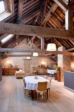 So gemütlich, warm, altmodisch und doch so modern! Da wohnt man gerne unter dem Dach! Highlight neben den Balken der helle Holzboden, sowie die schön helle Beleuchtung.