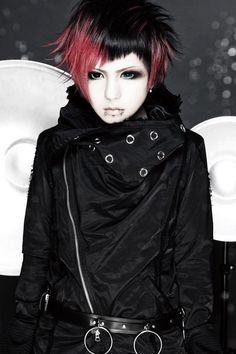 R-Shitei(R指定) - visual kei - Razored bob. Black and red hair. Visual Kei, Dark Fashion, Gothic Fashion, Fashion Beauty, Steampunk Fashion, Emo Fashion, Look Dark, Maila, Corte Y Color