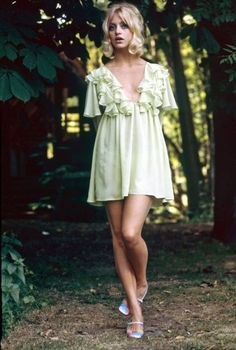 Goldie Hawn, 1970s. Her dress is so pretty, and check out her shoes too.