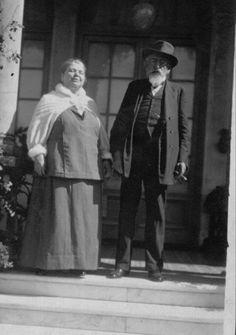 Sus padres. Juan Girondo Aramburu. (1846/1927)  y Josefa Uriburu Arenales (1835/1921).