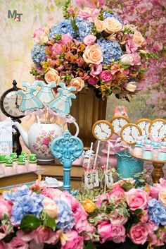Alice no pais das maravilhas <3 Alice in wonderland Alice In Wonderland Decorations, Alice In Wonderland Cakes, Alice In Wonderland Wedding, Alice In Wonderland Tea Party Birthday, Vintage Tea Parties, Tea Party Theme, Childrens Party, 1st Birthday Parties, Girl Room