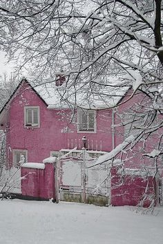 pink house, neige rose, house under snow Pretty In Pink, Pink Love, Rosy Pink, Perfect Pink, Beautiful Homes, Beautiful Places, House Beautiful, Beautiful Flowers, Pink Snow