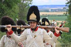 1809年のズノイモ停戦を記念して行われた再現イベントで、銃を担いでオーストリアのゼーフェルト・カドルツ(Seefeld-Kadolz)からチェコのドブシツェ(Dobsice)まで20キロの道のりを行進した「兵士」たち(2014年7月10日撮影)。(c)AFP/RADEK MICA ▼13Jul2014AFP|オーストリアで戦いを再現、ズノイモ停戦を記念 http://www.afpbb.com/articles/-/3020376