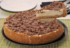 A Torta de Limão com Raspas de Chocolate é uma forma fácil e charmosa de apresentar a tradicional torta de limão. Confira a receita!