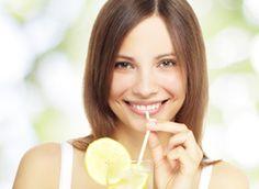 Voici 4 aliments étonnants pour aider à nettoyer son foie. Le pouvoir du citron, du curcuma, du thé vert et du radis noir est encore méconnu mais pourtant il permet d'améliorer facilement la santé de son foie.