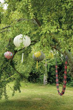 KALKSTENSHUS MED ORANGERI: I det gamla krikonträdet och även i plommonträdet brukar Birgitta hänga tyglyktor som hon köpt i Vietnam | Lantliv