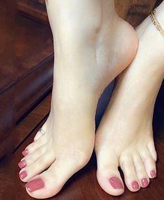 Toe Nails White, Pretty Toe Nails, Cute Toe Nails, Cute Toes, Pretty Toes, Feet Soles, Women's Feet, Girl Hair Dos, Feet Nails