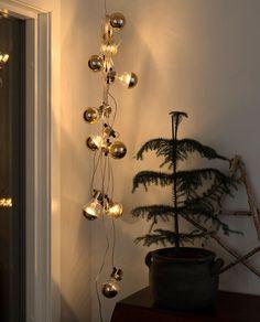 Svært dekorativ lysslynge fra Konstsmide med 10 klare, toppforspeilede E27 pærer med varmhvit LED og detaljer i kobber. Passer meget godt til paviljongen, balkongen eller til pynting både ute og inne til jul. Sconces, Wall Lights, Lighting, Home Decor, Chandeliers, Appliques, Decoration Home, Room Decor, Sconce Lighting