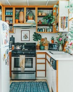 Small Kitchen Ideas - game-changing designs for small kitchen areas. Learn how you can maximize a little kitchen with these compact design ideas. Interior Design Kitchen, Kitchen Decor, Interior Decorating, Kitchen Ideas, Ideas Hogar, Apartment Living, Retro Apartment, My New Room, Home Decor Inspiration
