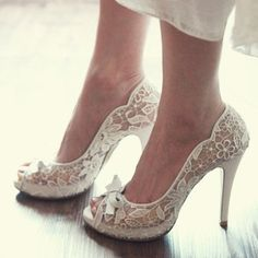 Lace - how can one not goes awwww when one see a pair of shoes like this.  Photo from Adoro Las Bodas