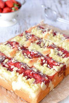 Lockerer Hefeteig gepaart mit einem cremigen Pudding, fruchtiger Marmelade und knusprigen Streuseln - Puddingbuchteln mit Erdbeerfüllung und Streuseln!