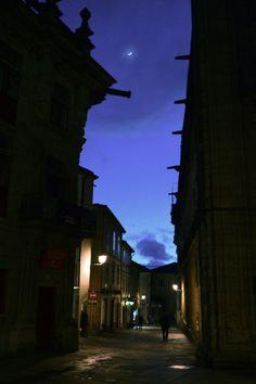 A lúa compostelaneando pola rúa de Fonseca