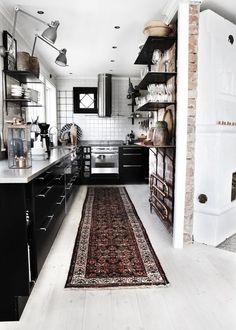 Landelijke of Bohemian stijl keukens gaan heerlijk samen met zwart! Zo kan het toevoegen van een kleurig tapijt, wat plantjes, kruiden, potjes, pannen, bestek en servies er een heerlijk sfeervolle ruimte van maken.