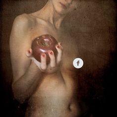 Come y calla.  Si no os incomodan los desnudos y sí la censura de Facebook, por favor, echad un ojo a mi Diario de otra artista echada a perder.. https://www.flickr.com/photos/sish/albums/72157638385711073  #nude #diariodeunartista #diario #diariodeotraartistaechadaaperder #apple #eva #sin #manzana #pecado #comeycalla #texture #texturized