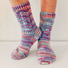So Sweet Socks pattern by Niina Laitinen So Sweet Sockenmuster Learn the fact (generic term) of how Knitting Loom Socks, Loom Knitting Patterns, Knit Socks, Free Knitting, Crochet Mittens Free Pattern, Crochet Slippers, Free Crochet, Patterned Socks, Stockings