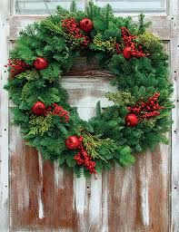 14 Sophisticated Christmas Table Decorations for a Merry and Bright Home - The Trending House Christmas Door Wreaths, Christmas Door Decorations, Holiday Wreaths, Holiday Decor, Christmas Trees, Coming Home For Christmas, Country Christmas, Christmas Home, Christmas Quotes