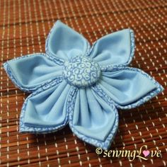 Handmade Zakka by Elaine: Fabric Flower; I like how she did a fabric covered button in the center that coordinated with the back of the petals. Shabby Flowers, Faux Flowers, Beaded Flowers, Diy Flowers, Crochet Flowers, Fabric Beads, Fabric Ribbon, Fabric Jewelry, Diy Fleur