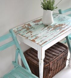 Beachy side table and garden chairs. Simple table given a coastal cottage look b. - Garden Style - Beachy side table and garden chairs. Simple table given a c Beach Cottage Style, Beach Cottage Decor, Coastal Cottage, Coastal Style, Coastal Decor, Cottage Art, Coastal Living, Rustic Beach Decor, Coastal Rugs