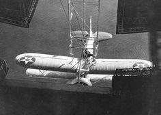 Após o engate, o caça era recolhido para o hangar a bordo do dirigível
