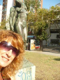 Escultura que expresa el encuentro de un hombre y una mujer, muy bella, ubicada en la plaza San Martín de mi ciudad, Mar del Plata, Argentina