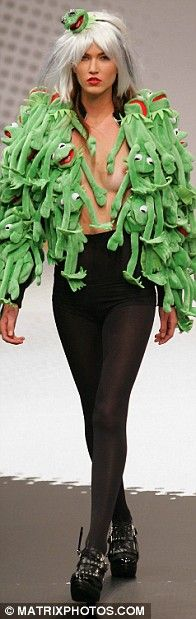Not the most likely of muses, especially as he appears to wear no clothes, Kermit the Frog took centre stage at the Jean Charles de Castelbajac show in Paris today. Anti Fashion, Fashion Fail, Quirky Fashion, Fashion Line, Crazy Fashion, Ugly Outfits, Crazy Outfits, Future Fashion, Fashion Gallery