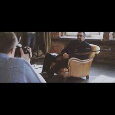 И еще один бэкстейдж со съемки @kirillzaytsev в #fotofaktura. На этот раз в роли главного героя - Стивен Сигал! #студияукремля