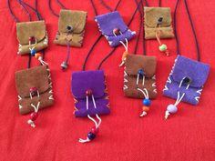 Collar monedero de piel de serraje hecho a mano. Artesanía Piel Complementos VISITA NUESTRA PÁGINA DE FACEBOOK: Arte Sano