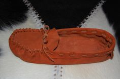 lots of pattern links Moccasins, Leather Shoes, Free Pattern, Flats, How To Make, Fashion, Penny Loafers, Leather Dress Shoes, Loafers & Slip Ons