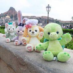 オルくんについて❤️ 今代行さんにお問い合わせしたところ、オルくんが到着するまでまだまだお時間がかかるようなので、アンケート💡 うちのロコと同じ感じの子は1🐢予定してますが、もう1🐢どんなリメイクにするか考え中です✨ オープンマウスもいいし、グリーンのおめめもかわいいかなとか😍… Duffy The Disney Bear, Disney Love, Disney Stuff, Happy Friends, Mickey And Friends, Disney Cookies, Disney Cats, October Birthday, My Christmas List