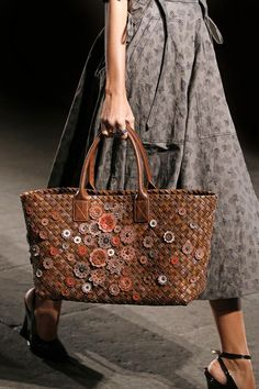 BottegaVeneta Women's Spring/Summer 2017 Collection Luxury Handbags, Fashion Handbags, Fashion Bags, Designer Handbags, Italian Handbags, Bags 2017, Beautiful Bags, Leather Working, Bottega Veneta