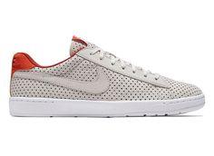 """Melbourne'de şu sıralar çeyrek finalistleri belli olmaya başlayanAvustralya Açıktenis turnuvası içinNike çok güzel bir ayakkabı sunmuş piyasaya. """"Cool"""" sıfatını çoktan yitiren Air Max ve Stan Smithmodelleriyle dolu sokaklara helikopterlerle dağıtılası bir model yapmış Nike. Ayakkabı tabanına işlenmiş meşhur NikeCourtamblemi ve delikli nubuk derisi ise hiç fena gözükmüyor. Buradan satın alabilirsiniz ($125). İlginizi çekebilecek diğer notlar:"""