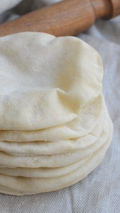 Todos los secretos para hacer este pan hueco por dentro! INGREDIENTES Harina 500 gr, levadura 25 gr, sal 1 cdta, aceite de oliva 30 gr y agua 300 gr. Kitchen Recipes, Cooking Recipes, Recipes Breakfast Video, Deli Food, Empanadas, Tasty, Yummy Food, Pan Dulce, Pan Bread