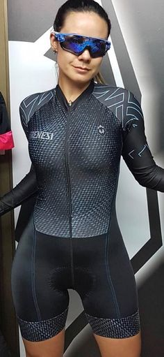 Black/gray tone on tone. Understated, but good way to work in a pattern Cycling Girls, Cycling Wear, Bike Wear, Cycling Outfit, Bicycle Women, Bicycle Girl, Biker Girl, Lady Biker, Cycling Lycra