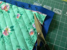 Изготовление новой ткани: Придать ей объем поможет разрезание слоев ткани, между строчками. Для этого можно использовать острые ножницы с длинными лезвиями. Rag Quilt, Quilts, Fabric Embellishment, Textiles, Baby Supplies, Fabric Manipulation, Fabric Art, Textile Design, Diaper Bag