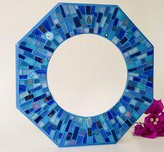 Espelho em mosaico feito em uma base de mdf com pastilhas de vidro, millefiori (flores em vidro italianas), gemas de vidro, pastilhas cristal, cerâmicas japonesas e vidros importado. Ideal para ser colocado em lavabos, halls, corredores, ou em qualquer cantinho de seu lar ou local de trabalho. <br>Uma ótima opção também para presentear! <br> <br>A moldura é em formato de octógono e mede 32 cm e o espelho tem 19 cm de diâmetro.