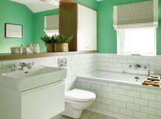 salle de bain tendance et déco en bois avec coleur de peinture verte