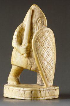 Pion du jeu d'échecs dit de Charlemagne. Ivoire, Italie méridionale, fin XIème siècle. Trésor de Saint Denis [BNF, Monnaies, médailles et antiques]