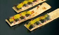 Receta de pincho o tapa de sardinas maceradas en zumo de piña y puerro. Un aperitivo de Juan Mari Arzak.