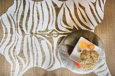 A DIY Zebra Print Rug in Metallic Gold using a drop cloth cut in animal shape, sewn to a mat and painted. Gold Diy, Diy Simple, Easy Diy, Clever Diy, Zebra Print Rug, Zebra Rugs, Painted Rug, Creation Deco, Cow Hide Rug