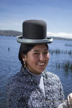 Cholita a orillas del Lago Titicaca, Bolivia