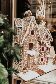 Gingerbread house Christmas Baking Delicious Decorated Gingerbreadhouse Christmas to bake delicious verziert baking christmas decorated delicious gingerbread house winterbastelnkinder wintercoffee winterdeko winterflowers winterfotografie winterhous Christmas Gingerbread House, London Christmas, Christmas Time Is Here, Christmas Mood, Merry Little Christmas, Noel Christmas, Christmas Baking, All Things Christmas, Christmas Cookies