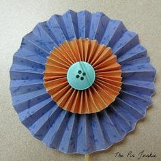Easy to make accordion fold paper flowers. Folded Paper Flowers, Diy Pinwheel, Accordion Fold, Pinwheels, Create Your Own, Diy And Crafts, Easy Diy, Table Decorations, Cards