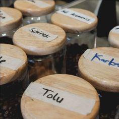 Tersedia pilihan beans siap seduh yang variatif tiap harinya. Beans favorit pelanggan antara lain Karang Ploso Sunda Gulali Aceh Bener Meriah dan Bali Aromanis. Tentukan cita rasa kopi yang Anda inginkan dan barista kami siap menyeduh beans yang sesuai dengan selera Anda. . . . #kopiindonesia #kopimalang #kopiamstirdam #ngopidiamatirdam #cafemalang