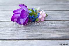 Frühlingsblüten auf Holztisch