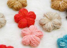 꽃 브로치 만들기-코바늘뜨기꽃 브로치를 만들었어요. 넘 이쁜 꽃들이 화사하게 피었어요~ 알록달록한 이쁜... Crochet Cactus, Crochet Flowers, Knit Crochet, Crochet Keychain Pattern, Knitwear, Throw Pillows, Embroidery, Wool, Knitting