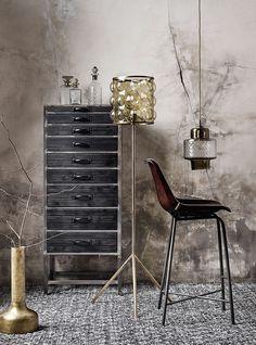 Een lichtpuntje voor je woning! Deze gave lamp is afkomstig van het Deense merk Nordal. Een stijlvolle hanglamp in een mooi retro jasje. Leuk voor op de toilet, in de hal, of boven de eettafel. Deze retro musthave valt op doorhet mooie koperen element en het vintage glaswerk. Leuk om te combineren met de andere hanglampen Tendence & Flacon van dit mooie merk. De lamp heeft als maat H30cm en een diameter van 18cm. De mooie subtiele hanglamp is gemaakt van glas.