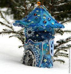 Clay Fairy House, Fairy Houses, Felt Crafts, Fabric Crafts, Hand Crafts, Felt Ornaments, Christmas Ornaments, Felt House, Fairy Lamp