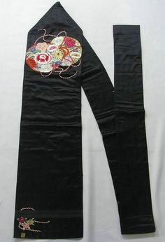 This is a vintage Nagoya obi with flower design of such as 'Botan'(peony), 'Kiku'(chrysanthemum) and 'Tsubaki' (camellia) on 'Tsuzumi'(Japanese hand drum), which is embroidered